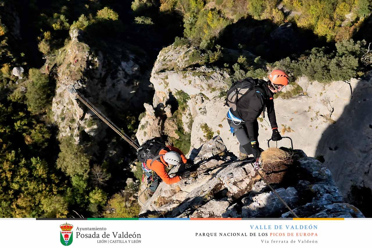 Superando el primer muro en la Vía Ferrata de Valdeón